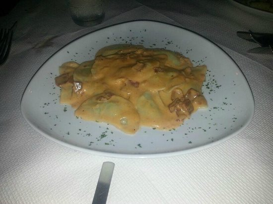Dvenue : Rikotta and Spinach Ravioli with Parma sauce