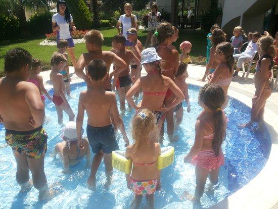 Queens Park Tekirova Resort and Spa: Игра в маленьком бассейне