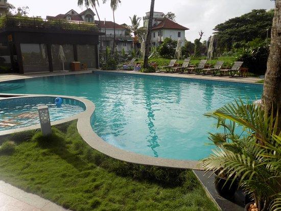 Golden Tulip Goa Candolim: lovely swimming pool