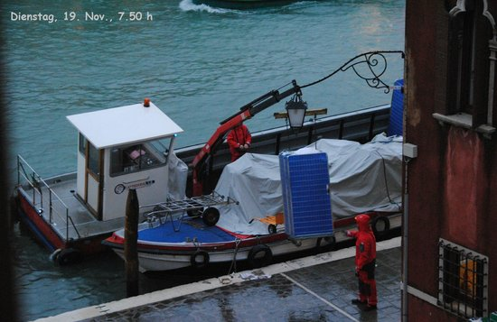 Hotel Continental Venice: Blick aus unserem Fenster: Wäschetransport bei Hochwasser