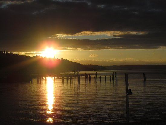 Silver Cloud Inn Tacoma - Waterfront: Sunset over the bay