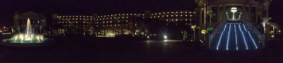 Hotel Las Arenas Balneario Resort: Hotel at night
