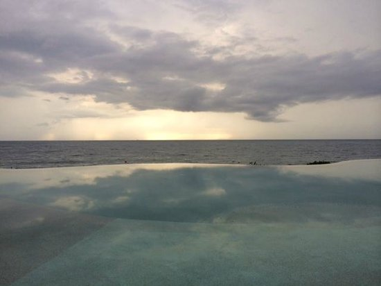 Garza Blanca Preserve, Resort & Spa: This is their infinity pool close to sundown!