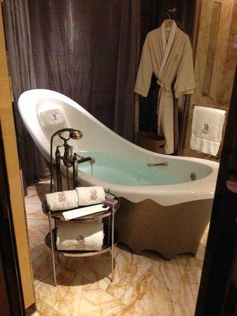 The Ritz-Carlton Shanghai, Pudong: Bathroom for room 4815