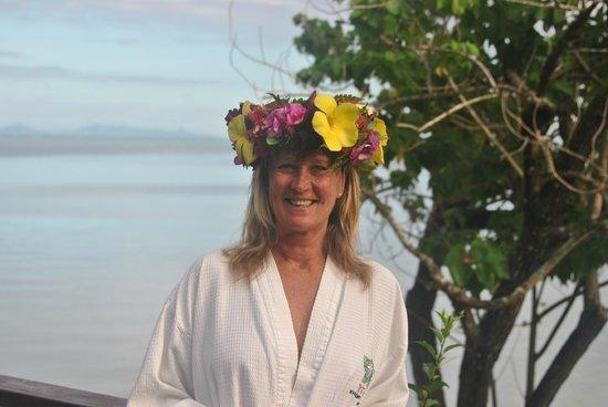 Royal Huahine : Corona de flores regaladas a mi esposa.