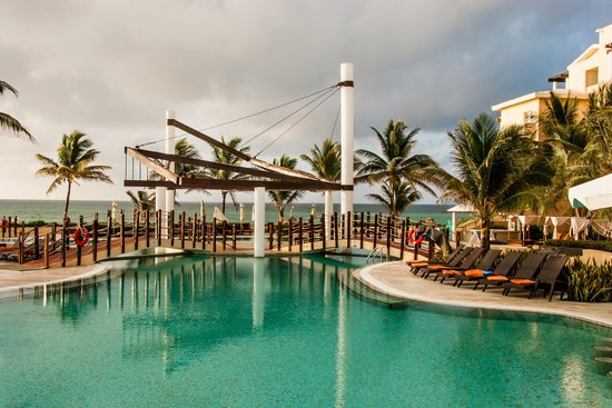 Now Jade Riviera Cancun : View from the hotel swimming pool to the sea.