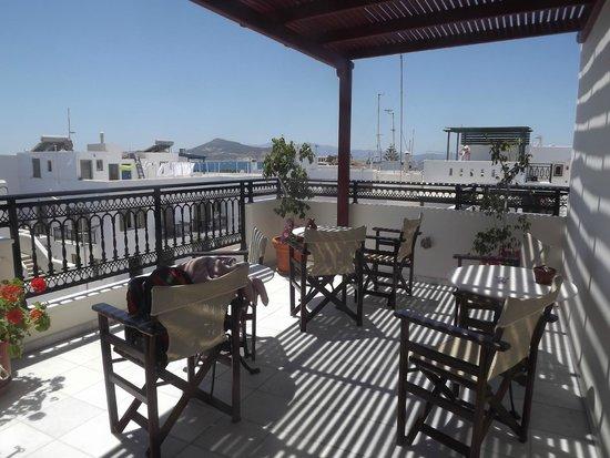 Hotel Iliovasilema: large patio