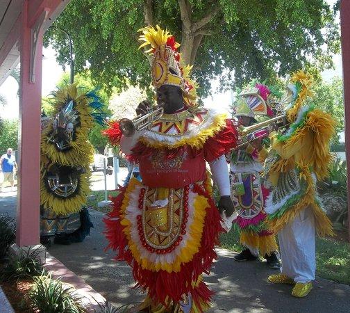 Port Lucaya Marketplace: Lively, festive, bright entertainment!