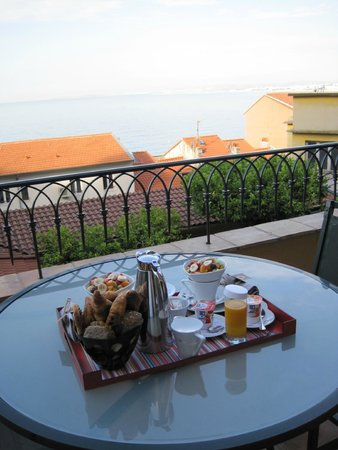 Hotel La Perouse: Room service breakfast on our balcony