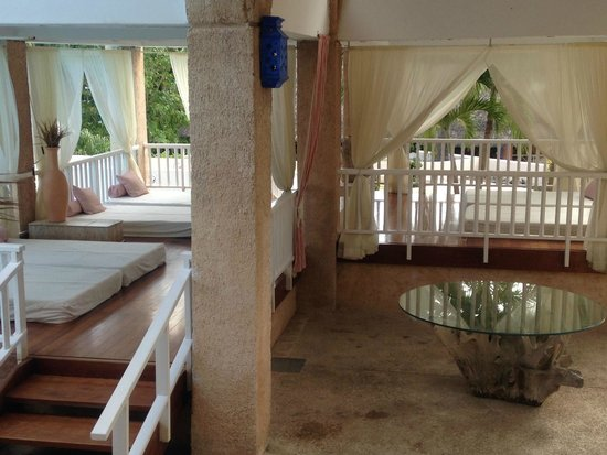 Melia Las Americas: Beds to take a rest on during the day near to the pool