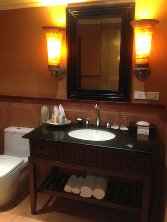 Movenpick Resort & Spa Karon Beach Phuket: Bathroom