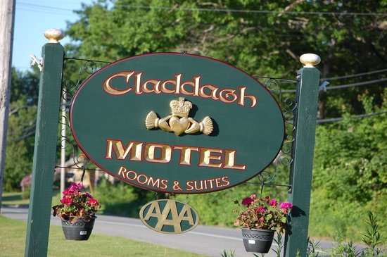 Claddagh Motel & Suites : Sign.
