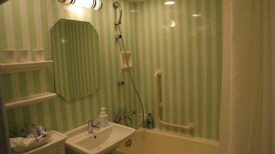 Hotel Monterey Grasmere Osaka : Baño habitación triple