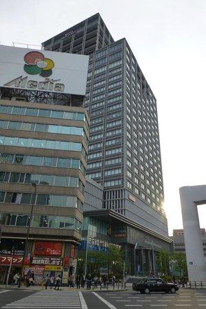 Hotel Monterey Grasmere Osaka: El edificio alto es el hotel