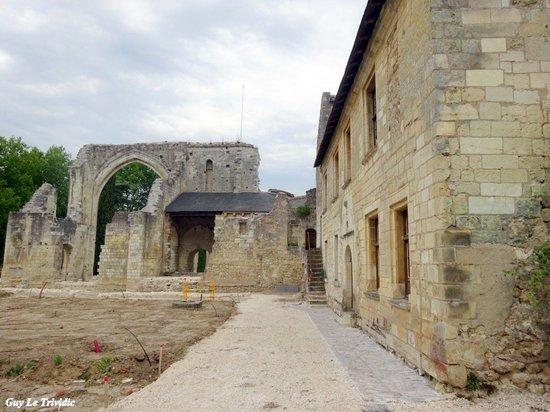 Prieuré Saint-Cosme: gauche, les ruines de la chapelle. A droite, la maison du prieur, rénovée et désormais musée con