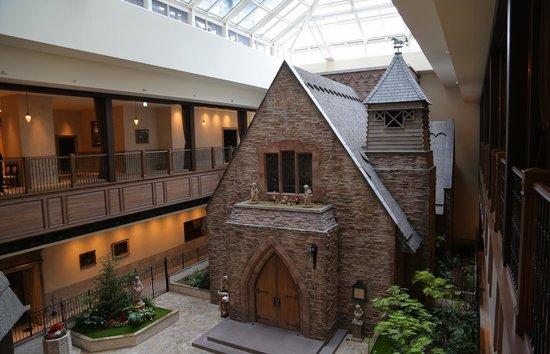 Hotel Monterey Grasmere Osaka: Iglesia junto a la recepción