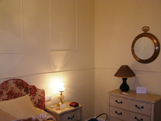 La Casa Azul Bed and Breakfast: bedroom dorada