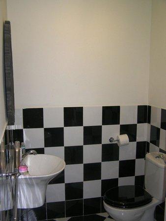 La Casa Azul Bed and Breakfast: spacy bathroom