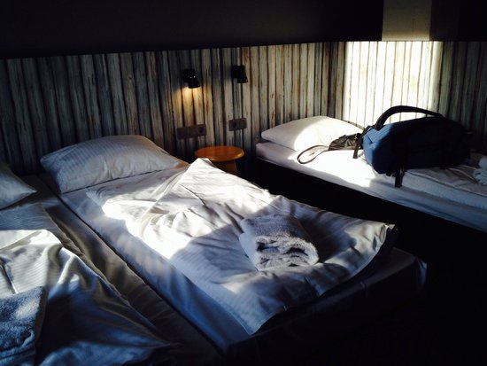 MEININGER Hotel Brussels City Center: Beds - far right was like sleeping on the laminate floor
