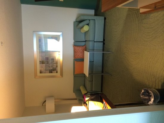 SpringHill Suites Portland Airport: Sitting area and pull out bed couch