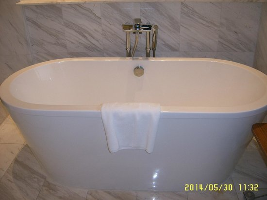 Hotel Fort Canning: Free standing bath