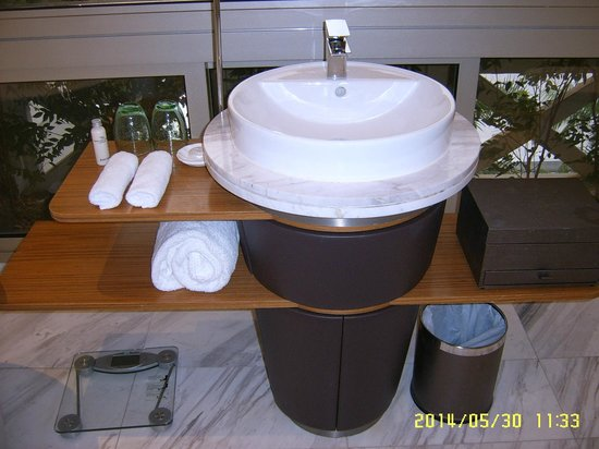 Hotel Fort Canning: Wash basin in the bathroom