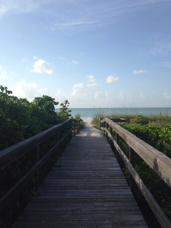 Sanibel Siesta on the Beach : Walk out to the beach from the property.