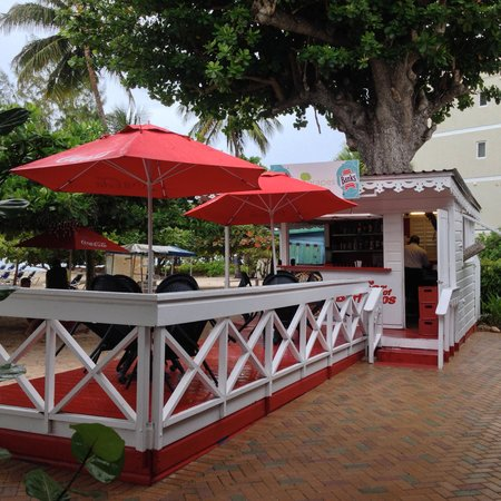 Coconut Court Beach Hotel : Great service at the bach bar...