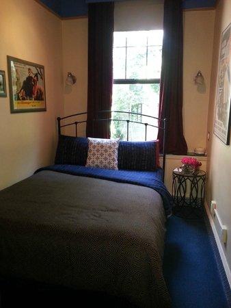 Chelsea Pines Inn: Our room