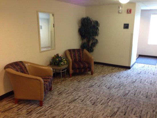 Red Roof Inn Jacksonville - Southpoint: Upper floor elevator lobby.