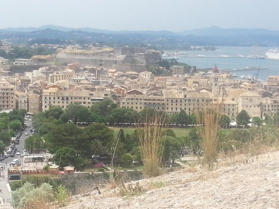 Ariti Grand Hotel: vista dall'alto di kanoni e corfu
