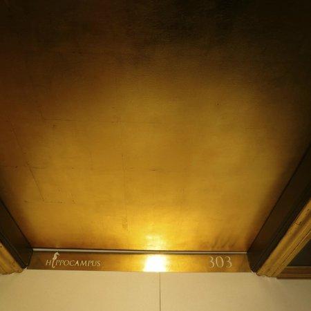 Boutique Hotel Hippocampus: Detalle en el dintel de la puerta: el número de habitación.