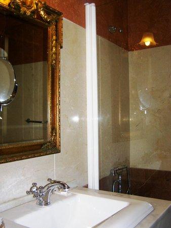 Hacienda Posada de Vallina: bathroom