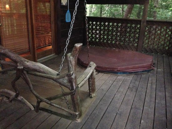Creekwalk Inn and Cabins: Porch swing and hot tub