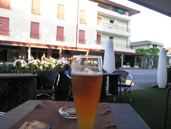 Hotel Ca' di Valle: Outdoor seating makes a great place to people watch!