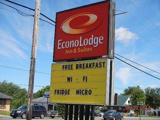 Econo Lodge Pembroke: street signage