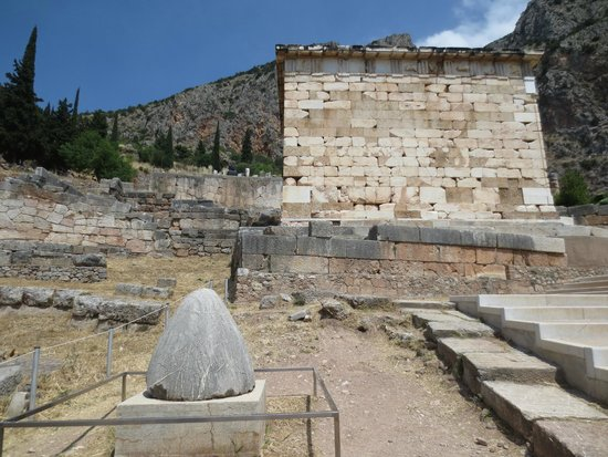 Ruines de Delphes : The egg-shaped monument is where the Oracle of Delphi was located, according to legend.