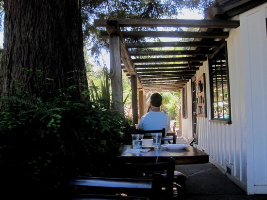Big Sur Bakery & Restaurant: Shady eating area out front