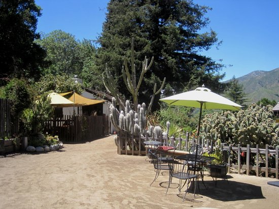 Big Sur Bakery & Restaurant: Gardens and outdoor eating options