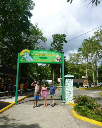 Peat Taylor Tours: Entrance to Dunn's River.