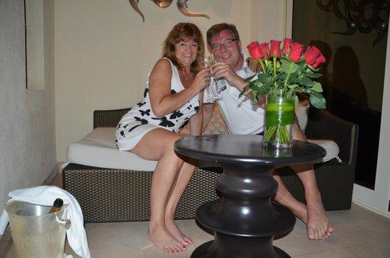 Park Hyatt Abu Dhabi Hotel & Villas: Roses and champagne for the honeymooners donatet by the park hyatt