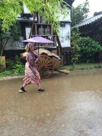 Edo Wonderland Nikko Edomura: Street performer braving the downpour