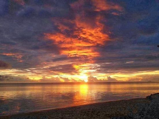 Pension Chez Rosina : Coucher de soleil à la plage de Matira