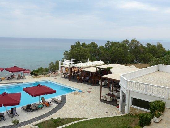 Tsamis Zante: Blick zum großen Pool und Restaurant/Bar