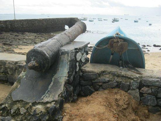 Praia do Porto da Barra: A canon pointing into the bay by the beach