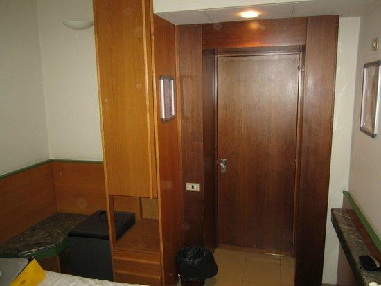 Hotel Sempione: Run down room