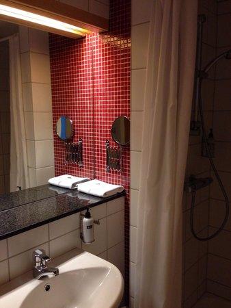 Icelandair Hotel Reykjavik Natura: Ванная комната в стандартном номере.