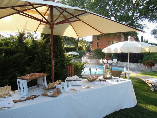 Tenuta Quadrifoglio: Snack in the garden before dinner