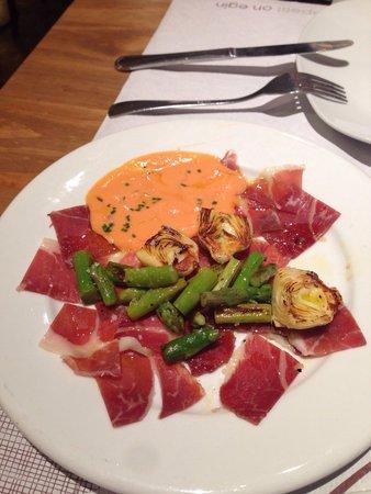 El Meson de Cervantes : Iberisch biggetje met artisjok en asperges, daarbij een lichte tomaten cremesaus...heerlijk!