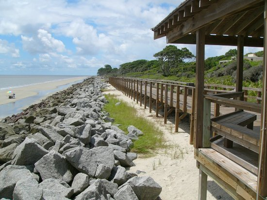 Villas by the Sea Resort & Conference Center: Boardwalk and beach in front of resort